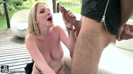 Blondie Likes To Suck